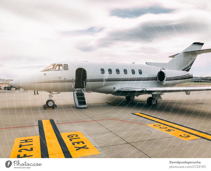 Privater Luxusjet am Flughafen-Terminal Düsenflugzeug privat Reichtum Luftverkehr Exklusivität Fluggerät Flugzeug