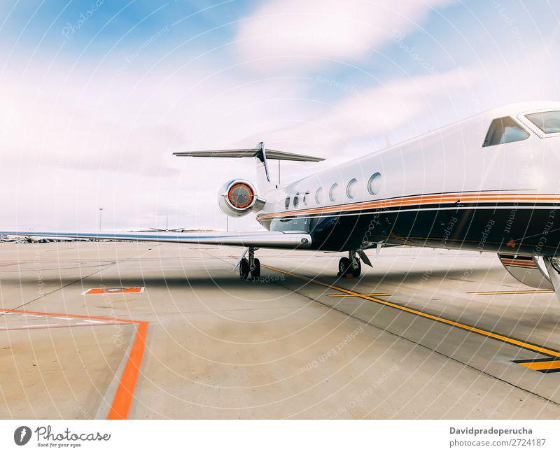 Privater Luxusjet am Flughafen-Terminal Düsenflugzeug privat Reichtum Luftverkehr Business Class Exklusivität Fluggerät Flugzeug Wolken Verkehr Himmel Etage