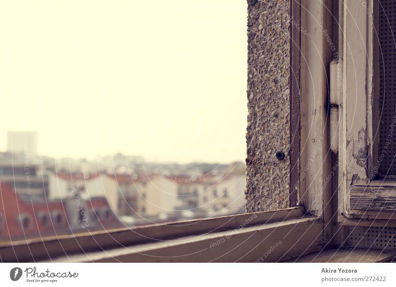 Watching the World outside alt weiß Stadt rot Haus Ferne gelb Fenster Wand Holz grau Mauer Stein Gebäude Metall Zusammensein