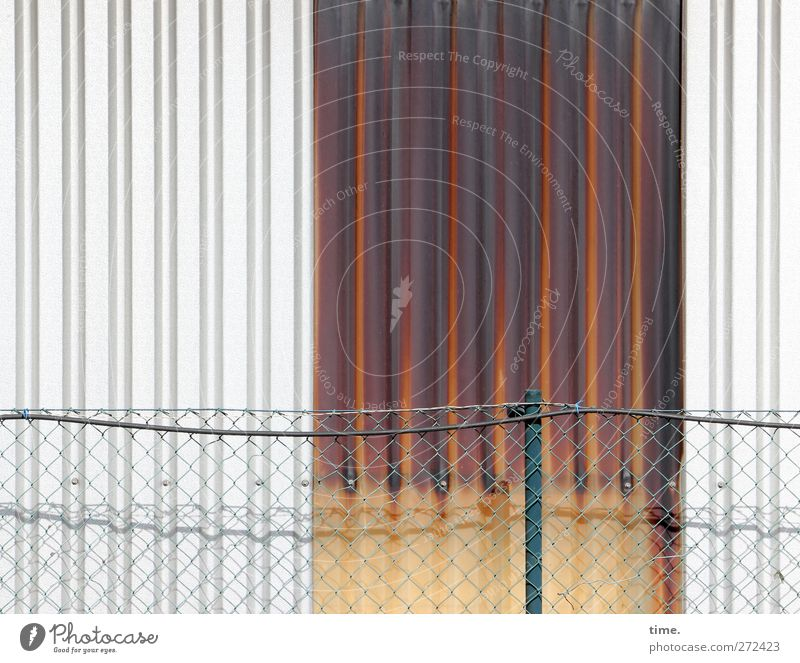 Teilsanierung Industrieanlage Lagerschuppen Lagerhalle Zaun Zaunpfahl Draht Gitter Wellblech Mauer Wand Fassade standhaft Ordnungsliebe Armut elegant