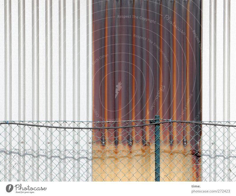 Teilsanierung Wand Mauer Fassade elegant Armut Gelassenheit Zaun Kontrolle Lagerhalle Draht Symmetrie Gitter stagnierend Industrieanlage standhaft Mittelpunkt
