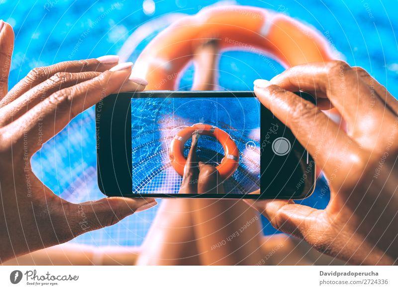 Frau fotografiert ihre Beine im Schwimmbad. urwüchsig Sommer Rettungsschwimmer Sonnenbad Barfuß