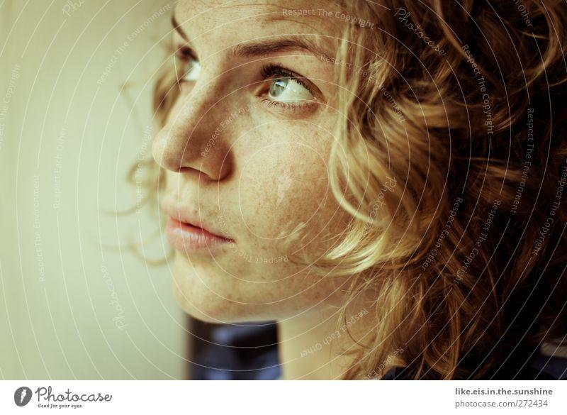 sommer.fast. harmonisch feminin Junge Frau Jugendliche Erwachsene Kopf Auge Mund Lippen 1 Mensch 18-30 Jahre blond langhaarig Locken beobachten Gefühle Stimmung