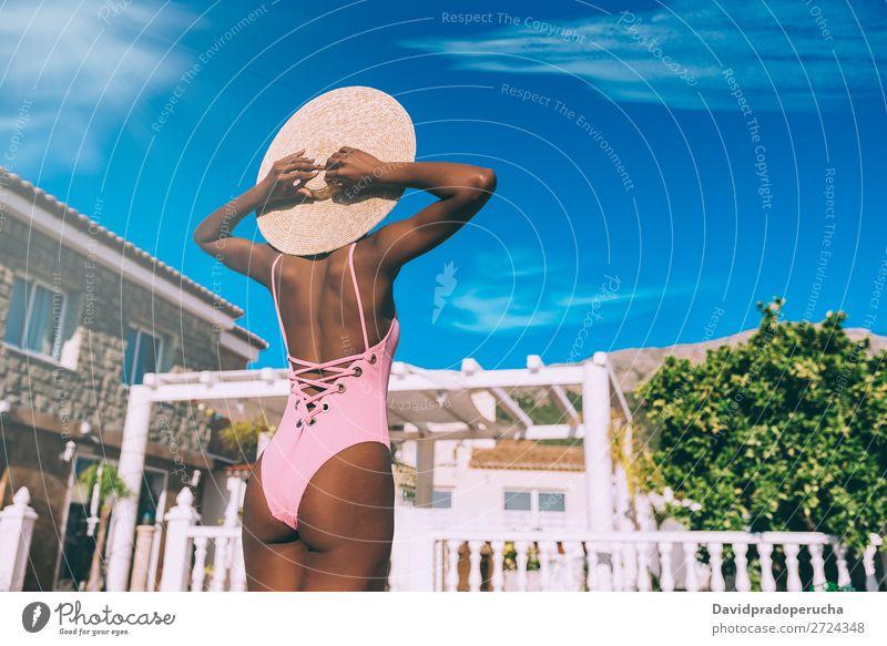 Schwarze Frau entspannt im Urlaub feminin Junge Frau Jugendliche Erwachsene Körper Gesäß 1 Mensch 18-30 Jahre Schwimmen & Baden urwüchsig schwarz Afrikanisch