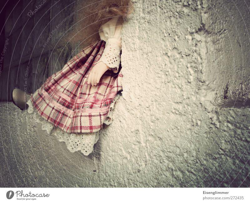 Abgelegt Mauer Wand Fenster Puppe Figur Verzweiflung verstört Schüchternheit Verbitterung Missbrauch Spielzeug Kleid Hand Tierfuß Haare & Frisuren Farbfoto