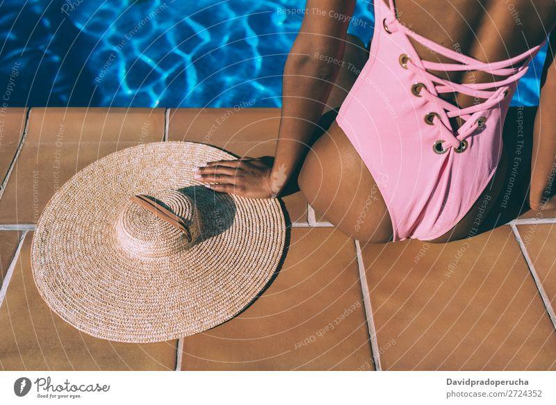 Die Frau entspannt sich im Schwimmbad mit einem Strohhut. feminin Junge Frau Jugendliche Erwachsene Körper Beine Fuß 1 Mensch 18-30 Jahre Schwimmen & Baden