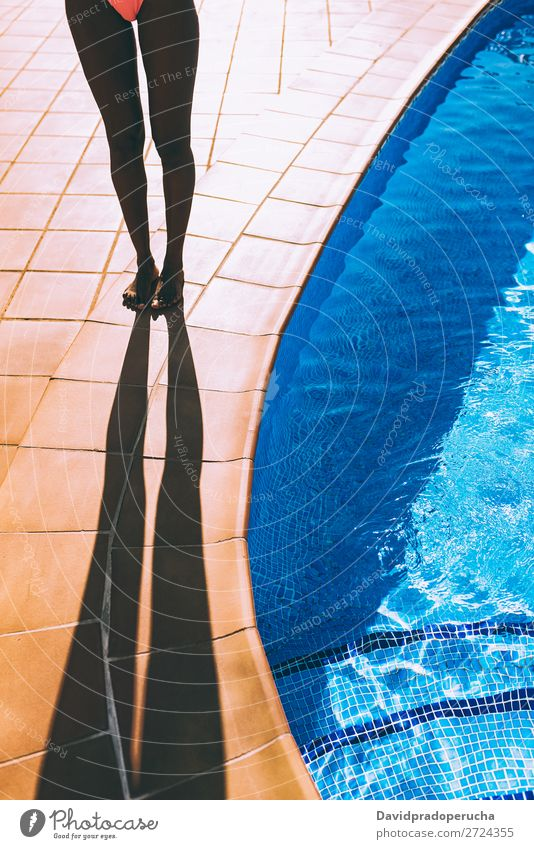 Frauenbeine machen einen Schatten am Poolrand. feminin Junge Frau Jugendliche Erwachsene Körper Beine 1 Mensch 18-30 Jahre Ferien & Urlaub & Reisen
