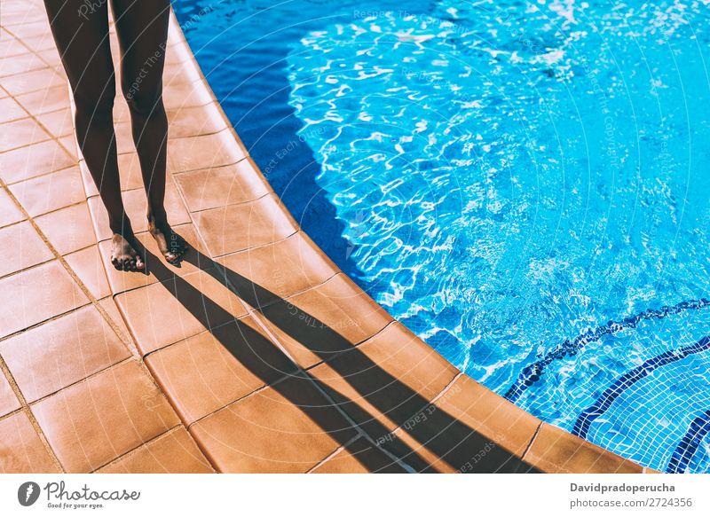 Frauenbeine machen einen Schatten am Poolrand. feminin Junger Mann Jugendliche Erwachsene Körper Beine Fuß 1 Mensch 18-30 Jahre Schwimmen & Baden Spanien