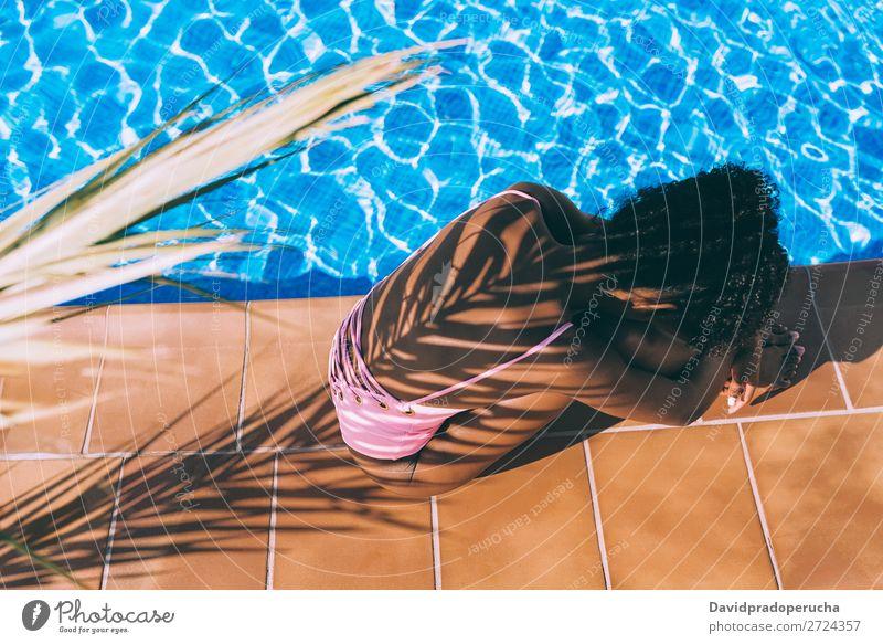 Frau im Schwimmbad mit Palmenschatten feminin Junge Frau Jugendliche Erwachsene Körper 1 Mensch 18-30 Jahre Wasser Sonne Sommer Schönes Wetter Baum Blatt