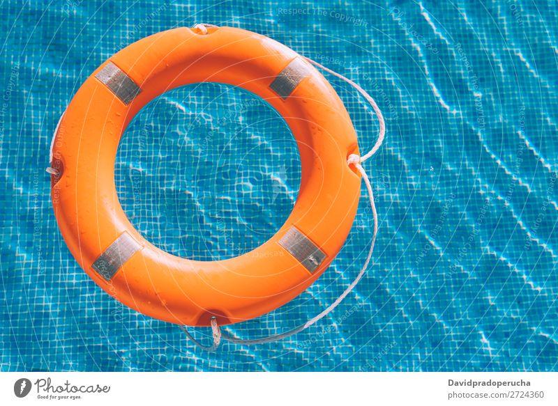 Lebensretter im Schwimmbad Rettungsboje Sicherheit sicher Im Wasser treiben Sonnenlicht Schwimmsport Hilfsbereitschaft Unterstützung Boje SOS Sommer Notfall