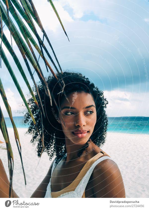 Frau auf der Malediveninsel Strand mit einem Palmenblatt schwarz Porträt urwüchsig schön Mädchen