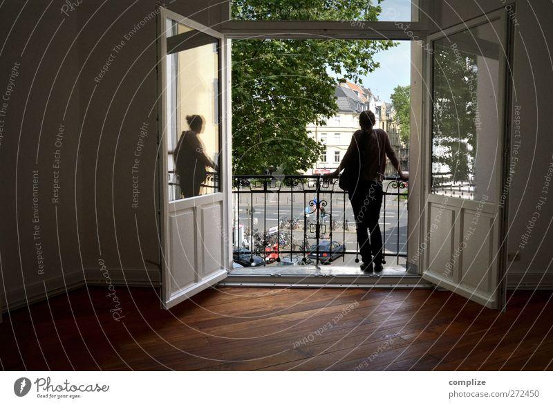 Erstes Haus am Platz feminin Frau Erwachsene 1 Mensch Natur Verkehr Straße Straßenkreuzung Fahrzeug PKW Pony Blick Häusliches Leben Idylle einzigartig Balkon