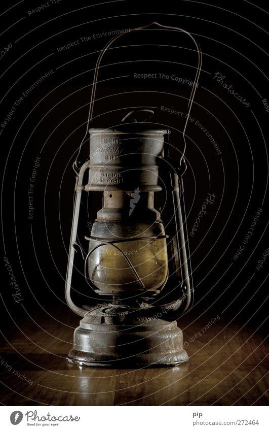 lampe aus für die ölabhängigkeit alt dunkel Holz Metall Lampe braun Glas retro Technik & Technologie Rost Erdöl antik Blech Antiquität ausgemustert tragbar
