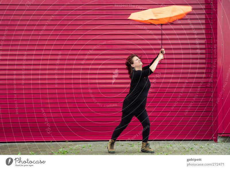UT S/HD 2012 / stürmische Zeiten Mensch Frau rot Erwachsene feminin orange Regen Wetter rosa fliegen wild festhalten Regenschirm Unwetter Leidenschaft Sturm