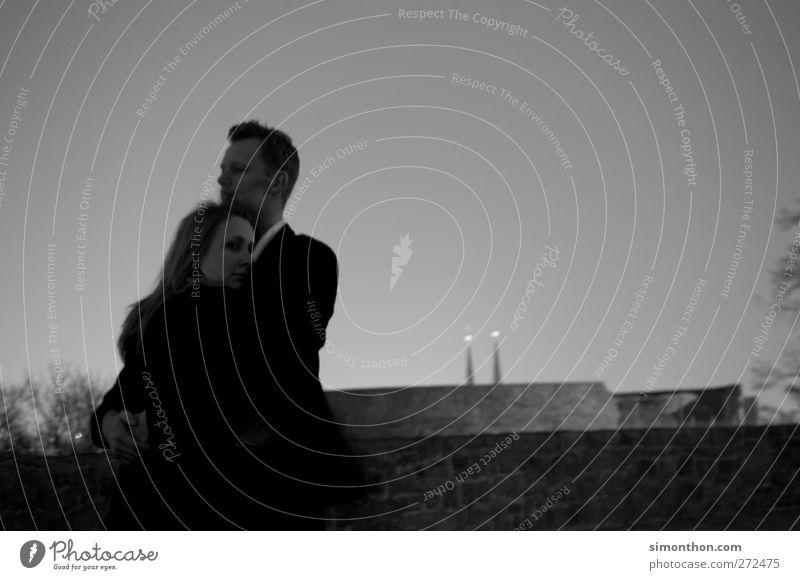 pärchen 2 Mensch Leben Paar Liebespaar Liebesaffäre Liebesleben Liebesbeziehung Umarmen Verliebtheit Geborgenheit Zusammensein Nacht Daten Zärtlichkeiten Mann