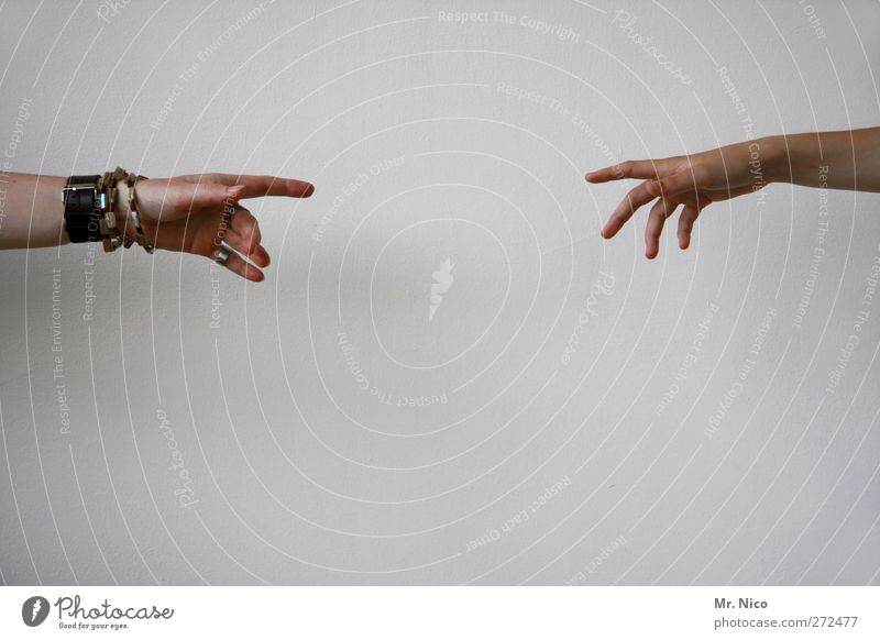 fingerspitzengefühl Mensch Hand feminin Traurigkeit Freundschaft Arme Haut Finger Hilfsbereitschaft berühren Vertrauen Schmerz Zusammenhalt Schmuck zeigen Sorge