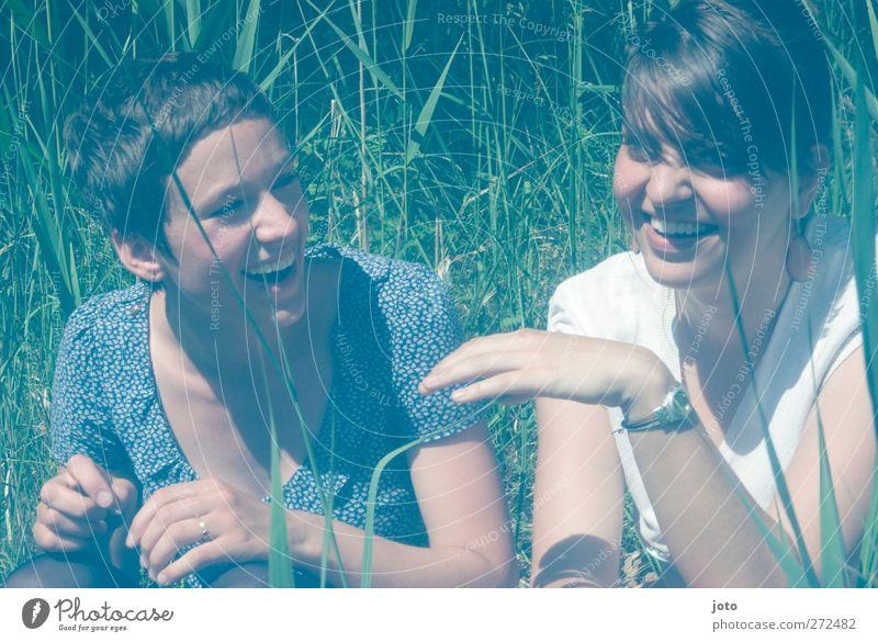füreinander Mensch Jugendliche Sommer Freude Erholung Wiese feminin Glück lachen Junge Frau Freundschaft Zusammensein Fröhlichkeit Sträucher Kommunizieren Lächeln