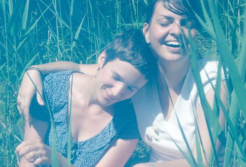 zweisam Mensch Jugendliche Sommer Freude feminin Glück lachen Freundschaft Zusammensein Zufriedenheit Fröhlichkeit Lächeln berühren Vertrauen Zusammenhalt