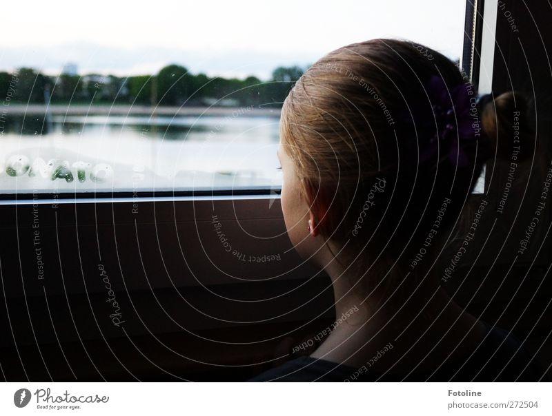 Mama wann wirds Sommer??? Mensch Kind Mädchen Gesicht Fenster feminin Haare & Frisuren Kopf See Glas Kindheit Flugzeugfenster Rücken Haut Ohr Fensterscheibe