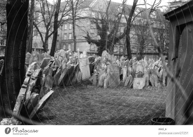 Gräber Friedhof Grab Prag Jugendstil Grabstein Wahrzeichen historisch Tod Schwarzweißfoto