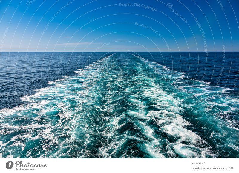 Heckwasser eines Schiffes auf der Nordsee Erholung Ferien & Urlaub & Reisen Tourismus Kreuzfahrt Meer Wellen Natur Landschaft Wasser Wolken Wasserfahrzeug