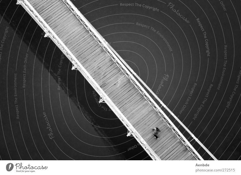 von rechts unten nach links oben.... Mensch 1 Brücke Fluss Holzbrücke Schwarzweißfoto Außenaufnahme Kontrast Vogelperspektive Vor dunklem Hintergrund diagonal