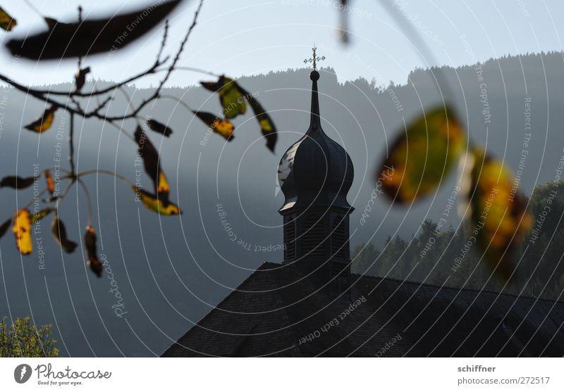 Heiligs Blechtürmle! Baum Blatt Wald Berge u. Gebirge Herbst Kirche Schönes Wetter Gipfel Hügel Dorf Bauwerk Kreuz Herbstlaub Berghang Klischee Kirchturm