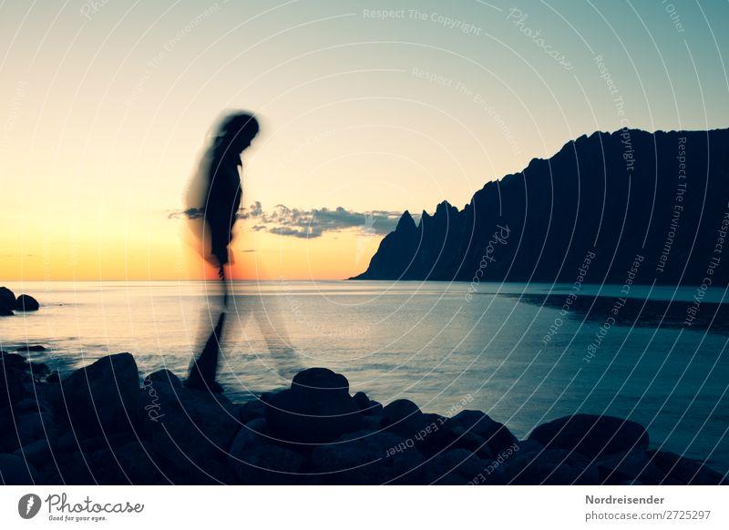 Nachtaktiv Frau Mensch Himmel Ferien & Urlaub & Reisen Natur Sommer Wasser Landschaft Meer Ferne Berge u. Gebirge Erwachsene feminin Küste außergewöhnlich