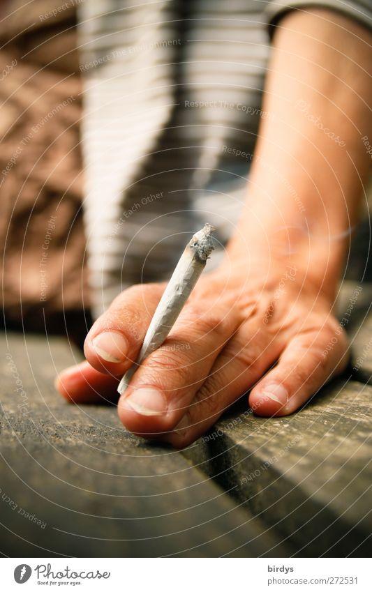 Pause Hand Erholung feminin sitzen authentisch genießen Finger Rauchen Sucht sommerlich Zigarette Holzbank selbstgedrehte Zigarette