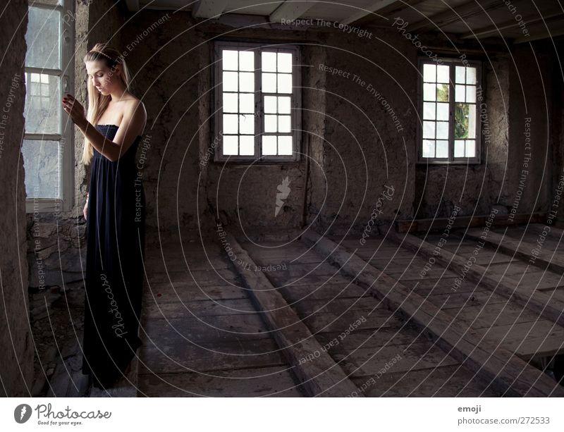 sag nichts Mensch Jugendliche alt schön Einsamkeit Erwachsene Fenster feminin Traurigkeit Mode 18-30 Jahre leer Kleid verfallen historisch Textfreiraum