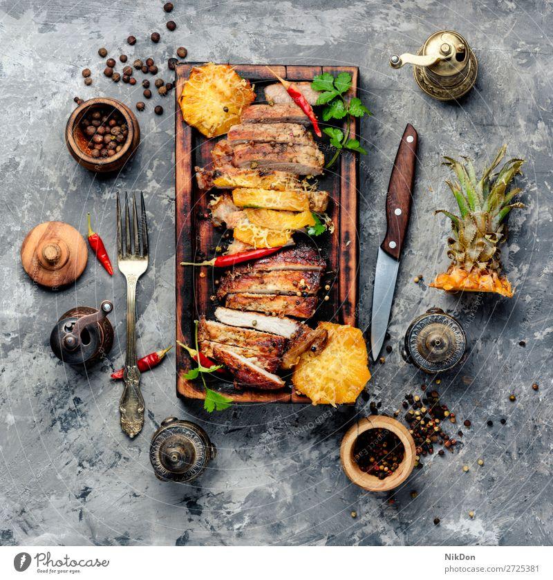 Fleisch mit Ananas Steak Barbecue Schweinefleisch gegrillt gebacken Grillrost gebraten Lendenstück aufgeschnitten Braten Paprika Beefsteak Abendessen