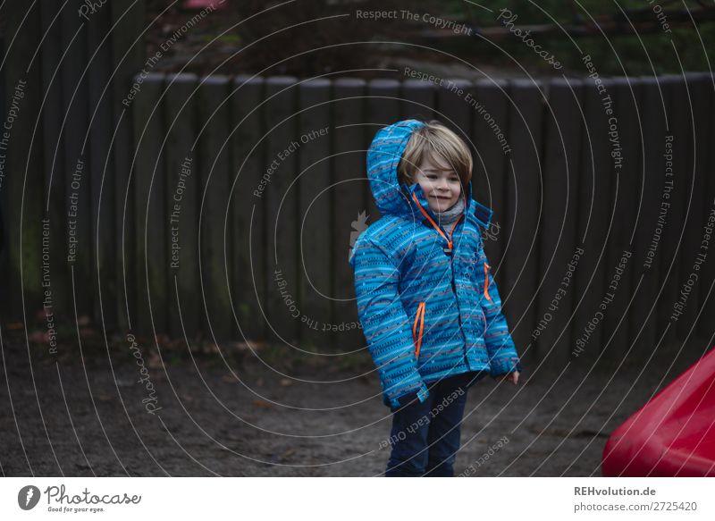 kind auf dem spielplatz Mensch maskulin Kind Junge 1 3-8 Jahre Kindheit Herbst Winter Spielplatz Jacke Spielen stehen authentisch kalt klein natürlich blau rot