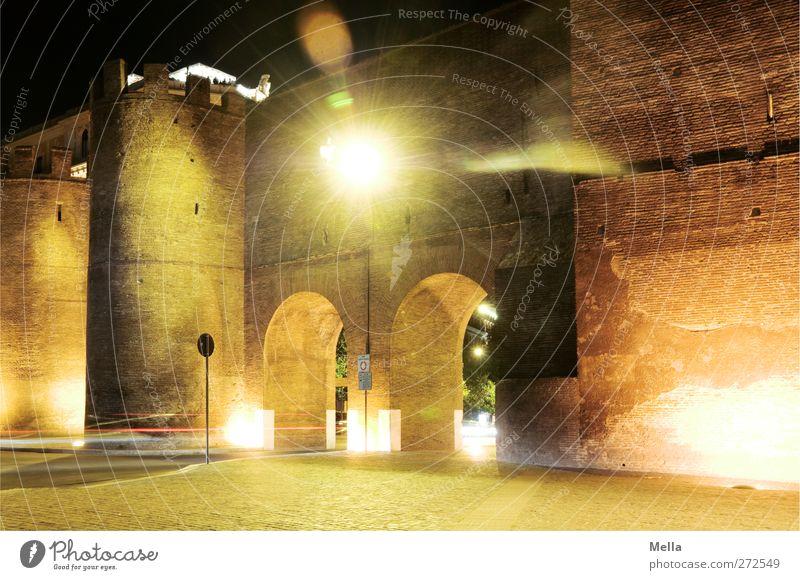 Eingang, Ausgang alt Ferien & Urlaub & Reisen Stadt dunkel Straße Wand Architektur Wege & Pfade Mauer Zeit Platz Tourismus Europa leuchten Turm Kultur