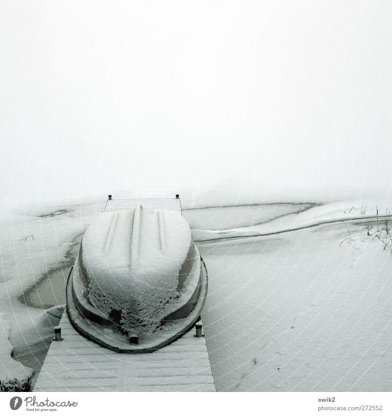 Winterschlaf Umwelt Natur Landschaft Klima Wetter Schönes Wetter Eis Frost Schnee Fischerboot liegen schlafen warten kalt blau Gelassenheit geduldig ruhig