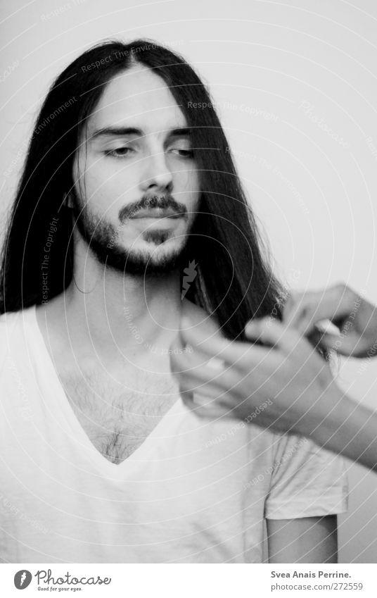 glatt. Mensch Jugendliche Hand schön Erwachsene Gesicht Haare & Frisuren Mode Junger Mann elegant maskulin 18-30 Jahre T-Shirt dünn Brust Bart
