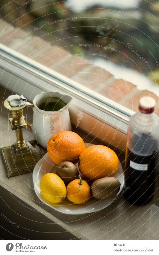 Küchenstill III Frucht Orange Kiwi Zitrone Saft Teller Fenster Häusliches Leben authentisch Fensterbrett Kerzenständer Farbfoto Innenaufnahme Menschenleer