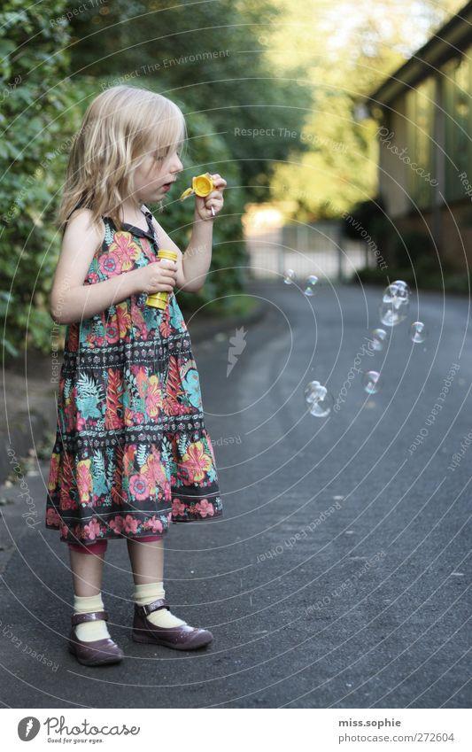 kleine wünsche. feminin Kind Kindheit Schönes Wetter Kleid blond genießen träumen schön mehrfarbig Glück Lebensfreude Zufriedenheit Seifenblase entdecken