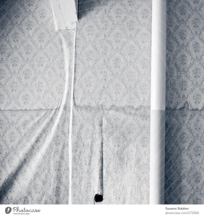 AST5 | losgelöst Mauer Wand hängen feucht Rohrleitung Tapete Tapetenmuster Auswechseln alt Renovieren Schwarzweißfoto kaputt Detailaufnahme abstrakt