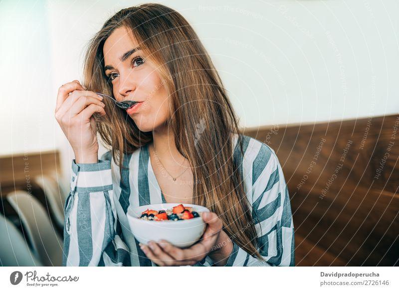 Frau aus der Nähe beim Essen von Hafer und Früchten Schüssel zum Frühstück schön Blaubeeren Schalen & Schüsseln Müsli Nahaufnahme Feldfrüchte Molkerei lecker