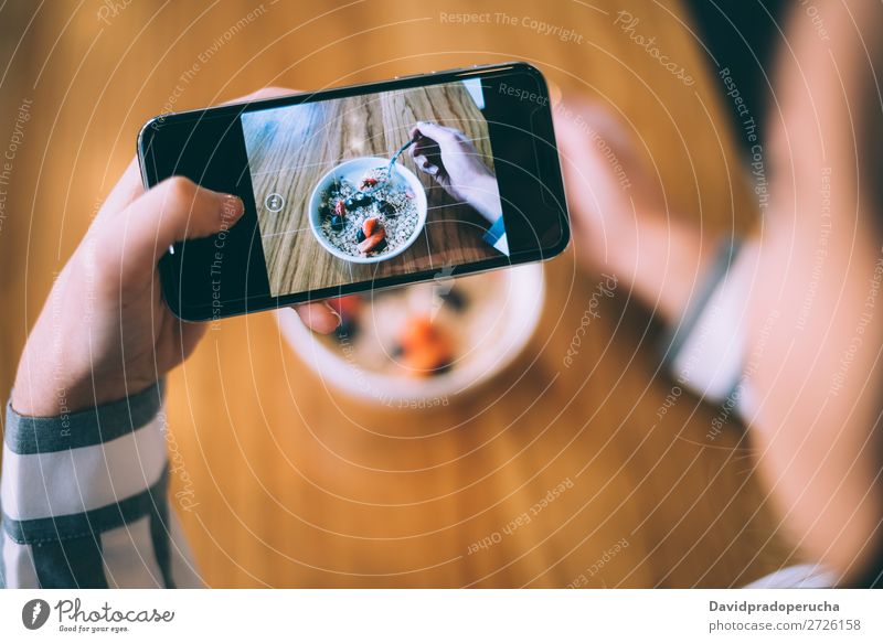 Frau beim Fotografieren einer Schüssel Frühstück Hafer und Obst Schuss Mobile PDA Telefon Grafik u. Illustration nehmen Schalen & Schüsseln Erdbeeren Müsli