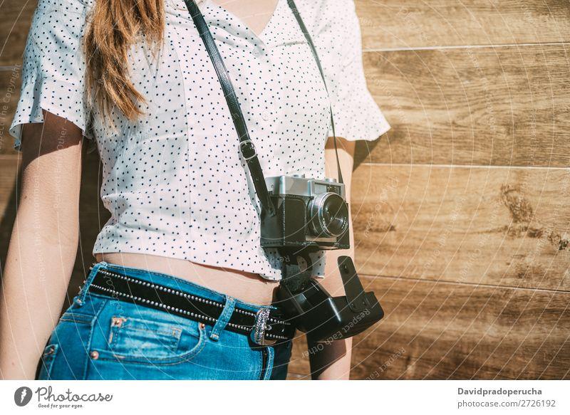 Beschnittene Frau mit alter alter Kamera altehrwürdig Fotokamera retro Jugendliche Anschnitt anonym