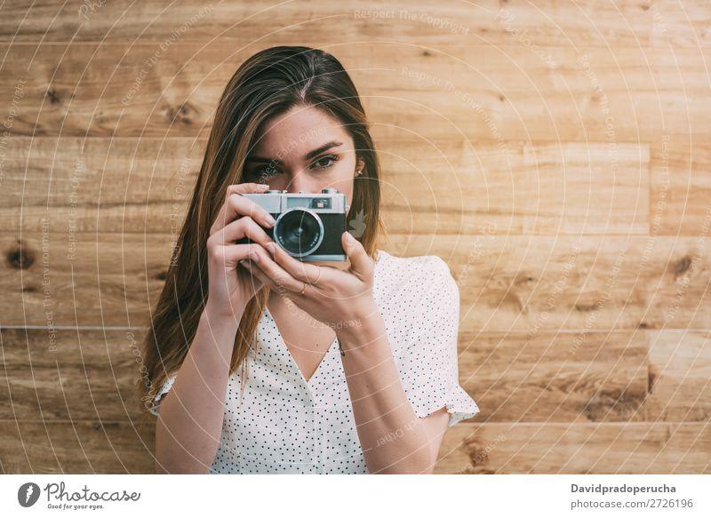Schöne Frau mit alter Kamera, die Fotos macht. altehrwürdig Fotokamera retro Jugendliche nehmen Schuss