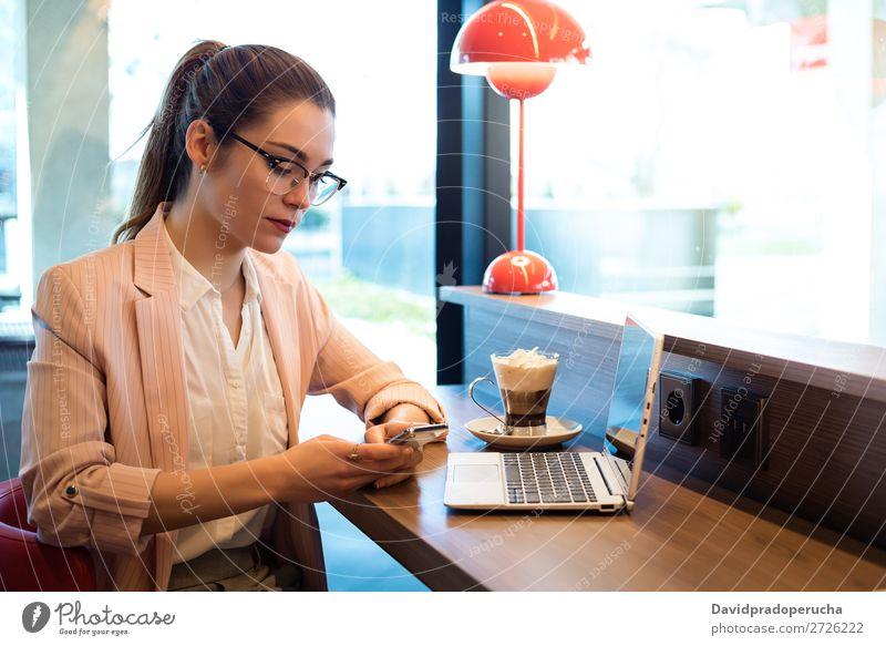 Junge schöne Frau mit Laptop, Smartphone und Kaffee in einem Restaurant. Notebook Telefon Mobile PDA Jugendliche Geschäftsfrau Lächeln Glück sprechen Computer