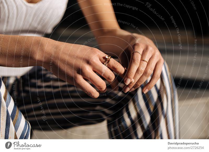 Zuschneiden von Frauenhänden mit Ringen auf der Straße Hand Nahaufnahme Porträt Jugendliche hübsch Nägel Maniküre Stadt Feldfrüchte Anschnitt anonym unkenntlich