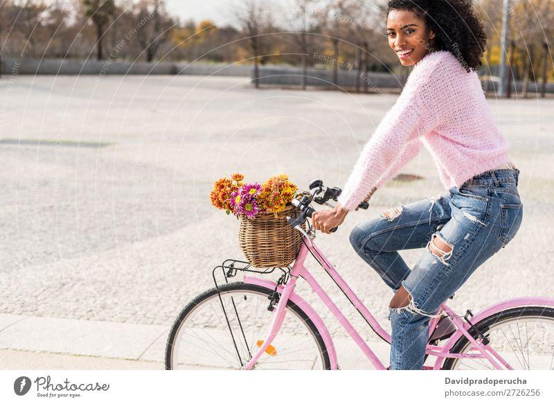 Schwarze junge Frau auf einem Oldtimer-Fahrrad Mädchen altehrwürdig Ausritt schön retro Blume Glück Blumenstrauß Sommer Jugendliche hübsch Frühling Korb