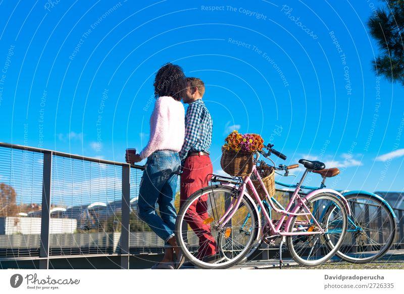 Glückliches junges Interracial-Paar am Fluss mit ihren Vintage-Fahrrädern. Fahrrad interrassisch Mädchen Junge Liebe romantisch schön retro Frau Mann