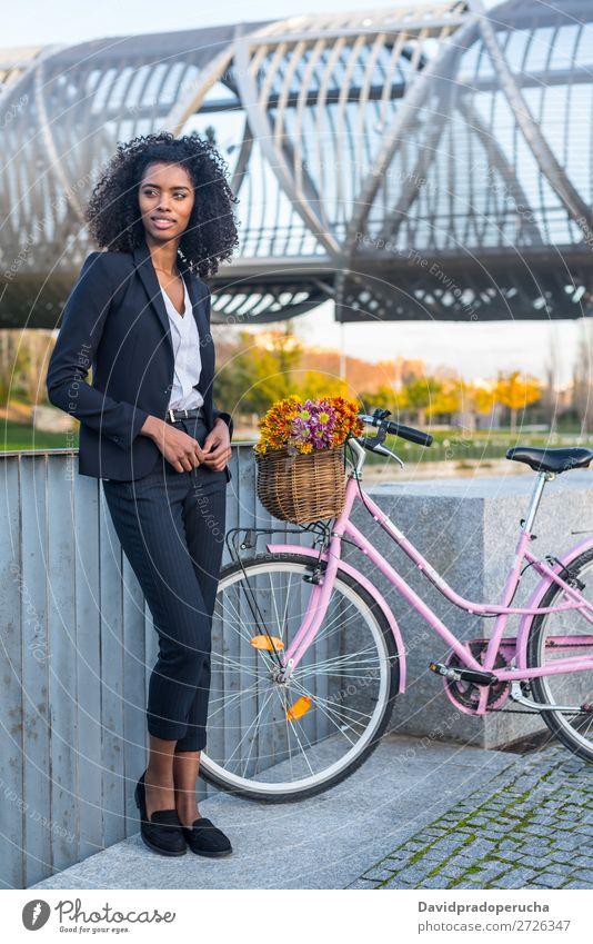 Business schwarze Frau mit Vintage-Fahrrad Fahrradfahren altehrwürdig Person gemischter Abstammung Großstadt Jugendliche Mensch Anzug Straße Behaarung