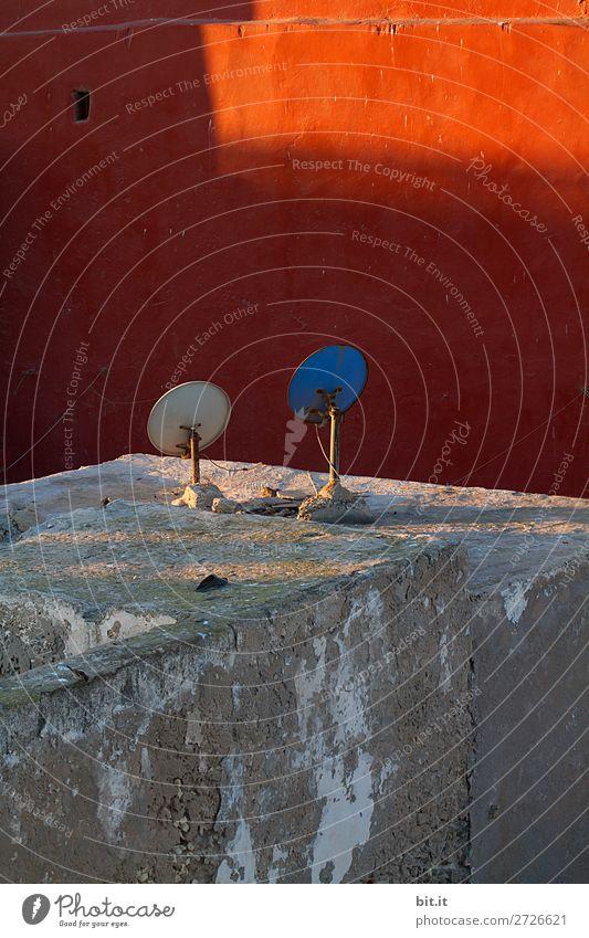 Auf Sonnenempfang... Handwerker Fernseher Technik & Technologie Haus Mauer Wand Fassade Netzwerk Kommunizieren Satellit Schalen & Schüsseln Wärme Marokko Afrika