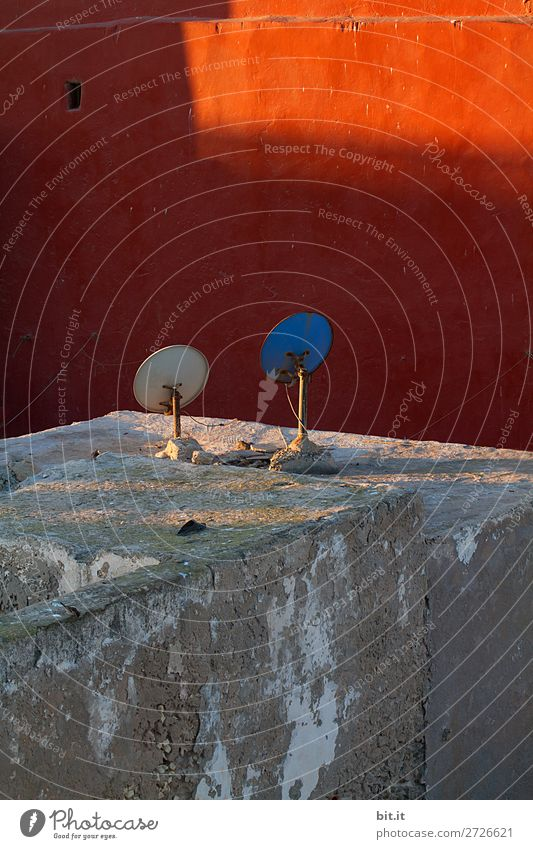 Auf Sonnenempfang... Haus Wärme Wand Mauer Fassade Kommunizieren Technik & Technologie Netzwerk Schalen & Schüsseln Afrika Fernseher Handwerker Marokko Satellit