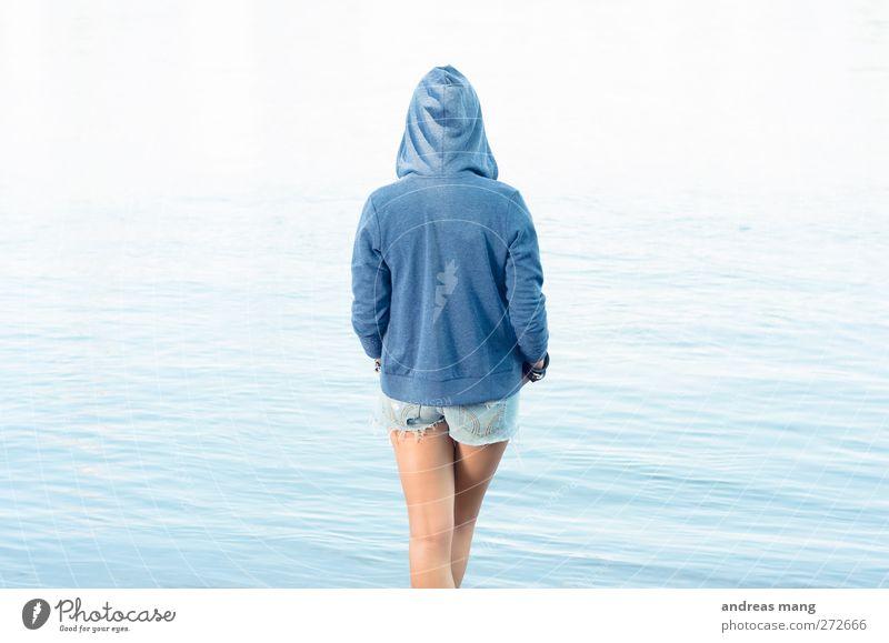 Ruhige Welt Junge Frau Jugendliche 18-30 Jahre Erwachsene Wasser Meer Jeanshose Pullover Erholung Blick stehen warten Unendlichkeit trendy schön dünn blau